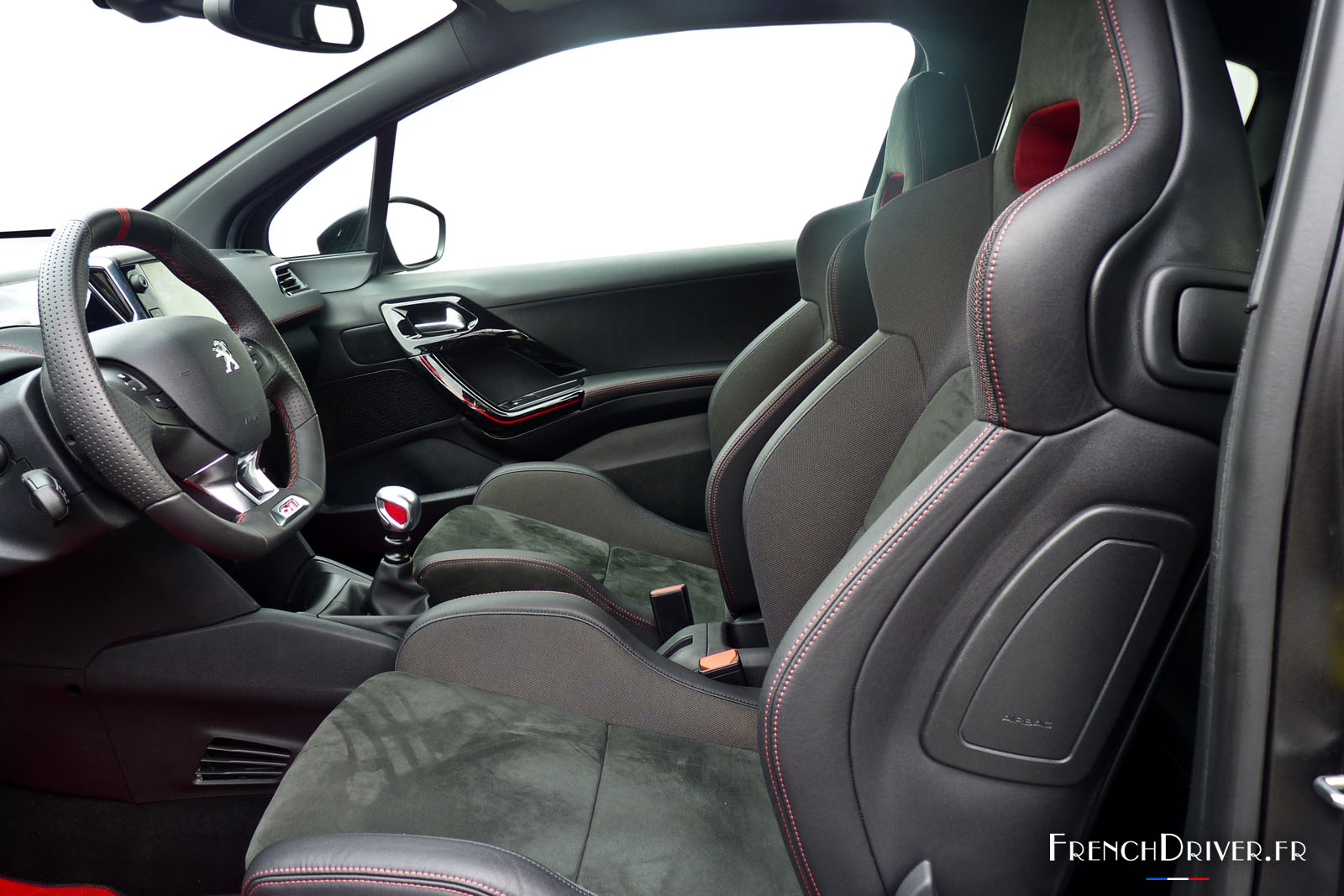 Essai de la peugeot 208 gti 30th l 39 exemple suivre for Interieur 208 gti