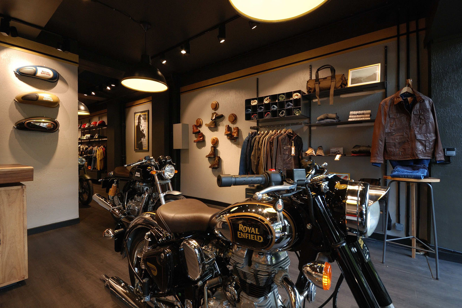 moto vintage royal enfield inaugure sa nouvelle boutique pr s de paris french driver. Black Bedroom Furniture Sets. Home Design Ideas