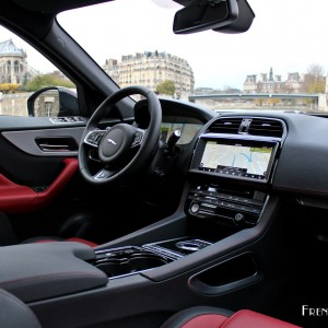 Photos la jaguar f pace choisit french driver pour ses for Interieur jaguar f pace