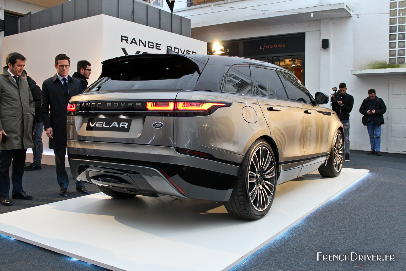 photos le range rover velar fait ses premiers pas paris french driver. Black Bedroom Furniture Sets. Home Design Ideas